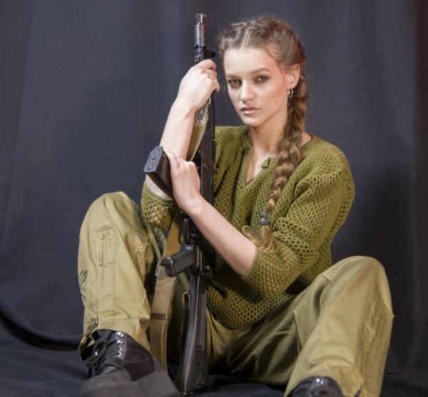 Даты: Девушка из Иркутска поздравила мужчин с 23 февраля откровенной фотосессией