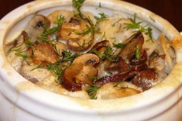 Полезные советы: Пельмени в= горшочках с грибами и сметаной
