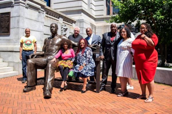 Безумный мир: В Америке поставили памятник Джорджу Флойду... Куда катится мир?