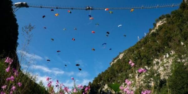 Адлер: В Сочи установили мировой рекорд в массовом прыжке с моста с парашютом с подвесного моста