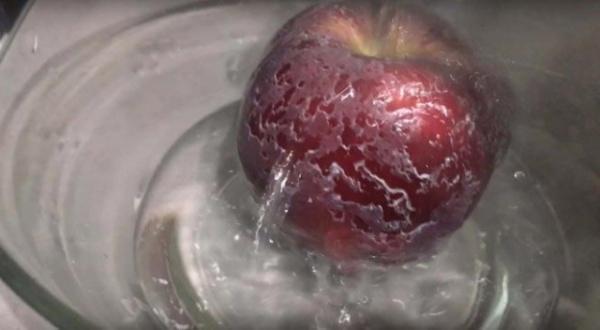 Полезные советы: Очищаем магазинные яблоки от воска