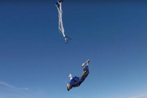 Происшествия: Парашютист случайно отстегнул оба парашюта