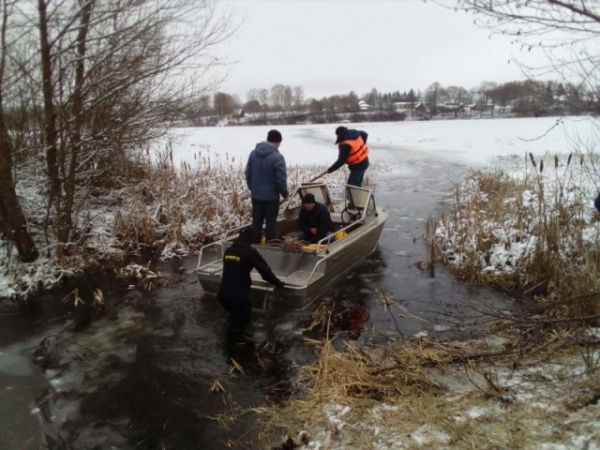 Происшествия: Сотрудник МЧС погиб, спасая рыбаков, провалившихся под лед