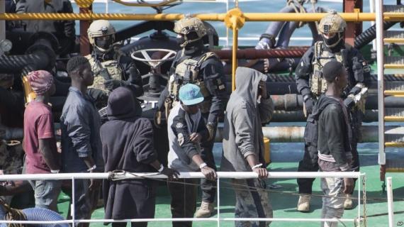 Происшествия: Общество: Спецназ освободил захваченный мигрантами танкер